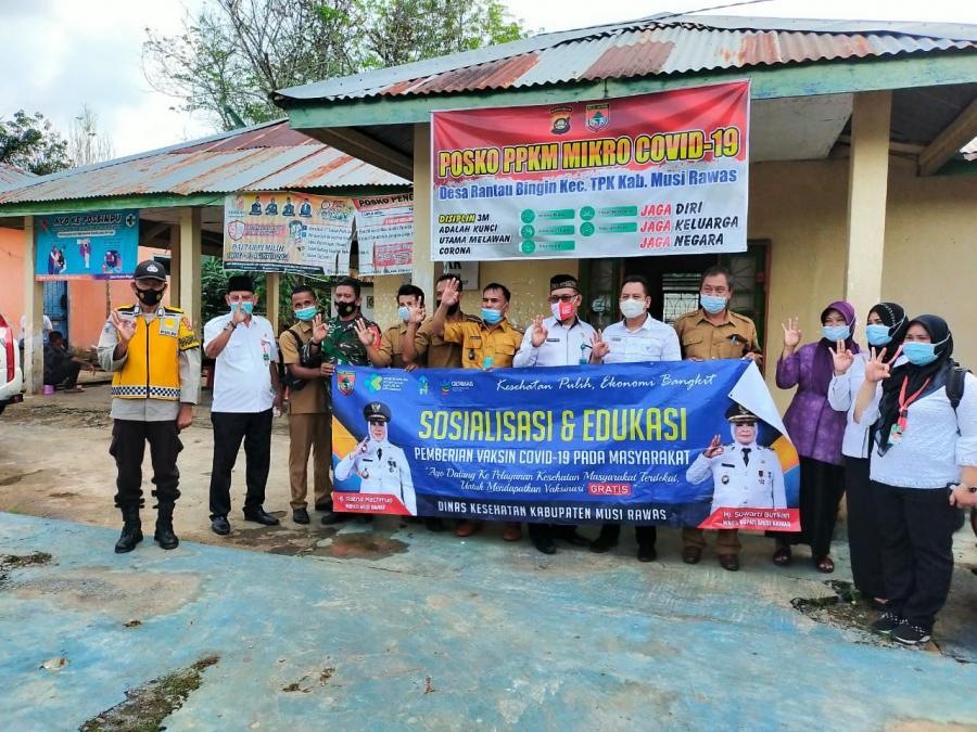 Kegiatan edukasi sosialisasi vaksinasi Covid-19 di salah satu desa wilayah kerja puskesmas Muara Kat